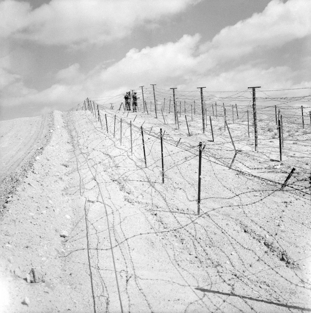The construction of forbidden zones and the defensive line called Ligne Morice along the Algerian border with Tunisia, October 1959 © Gérard Beauvais / SCA / ECPAD